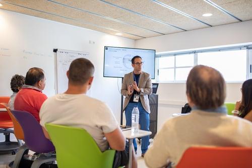 Roberto Holz, director del Programa Chef Ejecutivo del CIB impartiendo clase en una aula dinámica siguiendo la metodología CIB