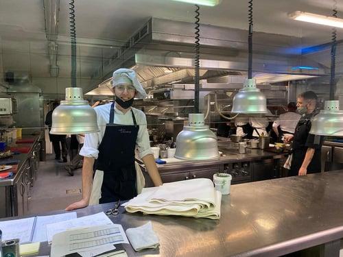 """Un alumno del Culinary Institute of Barcelona en sus prácticas """"stage"""" en el restaurante Els Tinars (Girona)"""