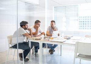 Tres alumnos del Culinary Institute of Barcelona en una sala de trabajo