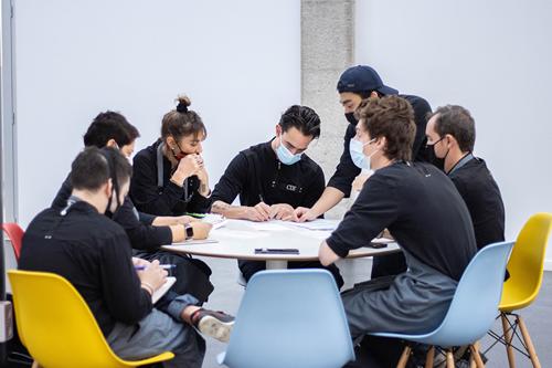 Alumnos trabajando en equipo para una evaluación de los aprendizajes en el Culinary Institute of Barcelona