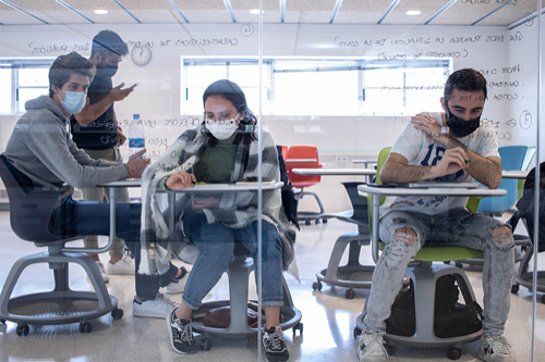 Alumnos escribiendo en una pizarra de cristal para la evaluación de los aprendizajes adquiridos en el Culinary Institute of Barcelona