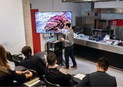 Alumnos y profesor señalando en una clase de mostrativa dle Culinary Institue of Barcelona