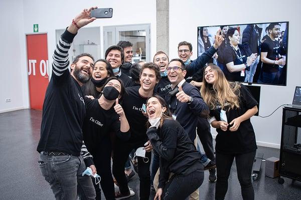 alumnos tomándose selfie con profesor del CIB