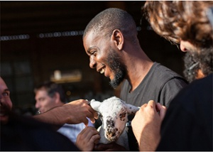 Alumno sujetando a una cabra en una salida experiencial del CIB